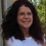 אלונה לפידות - יועצת חינוכית, בוגרת תכנית הנחיית קבוצות, מטפלת משפחתית וזוגית